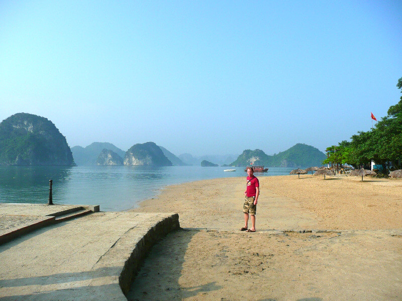 Reistips backpacken Halong Bay strandje