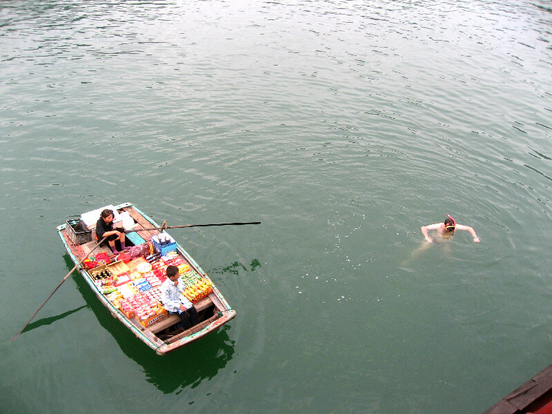 Reistips backpacken Halong Bay verkoopster