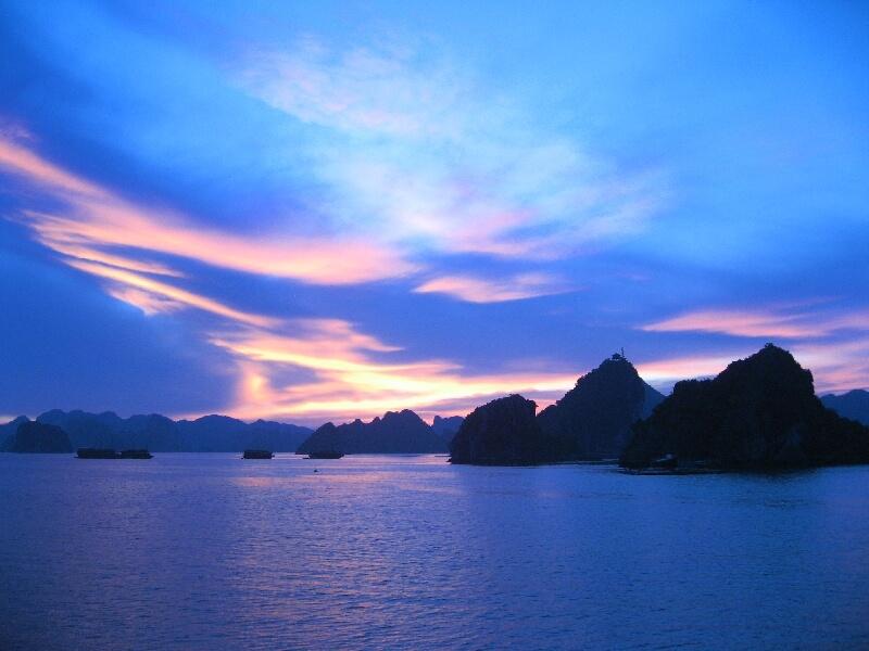 Reistips backpacken Halong Bay zonsondergang