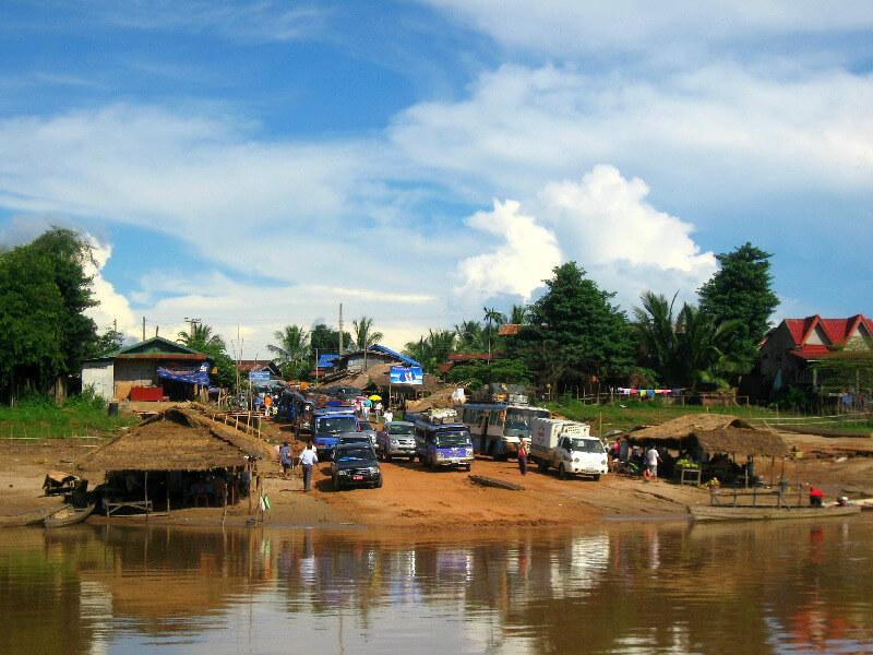 Vervoer in Laos ferry wachtrij