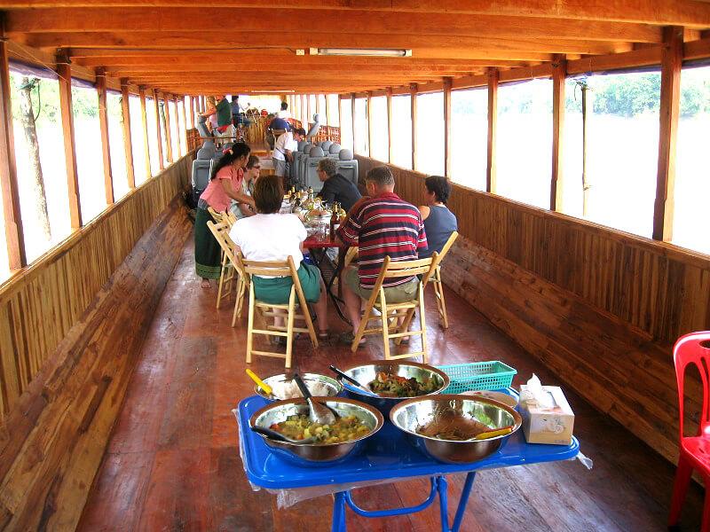 Vervoer in Laos slow boat binnenkant
