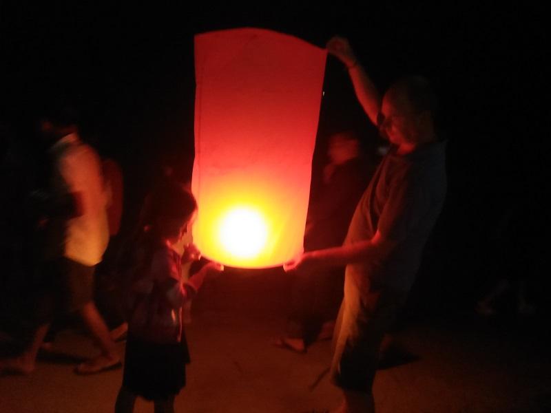 Oude en nieuwe in Cambodja. lampionnen oplaten